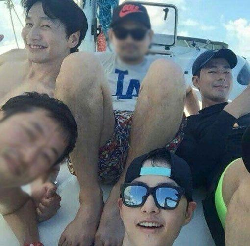 song joong ki lee kwang soo jo in sung vacationing on a yacht in Thailand with fellow staff members