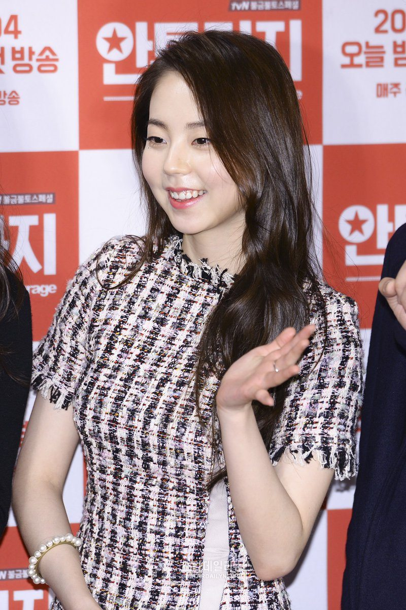 Ahn Sohee smiling brightly for the cameras at the entourage press release. / Source: AllTVDa