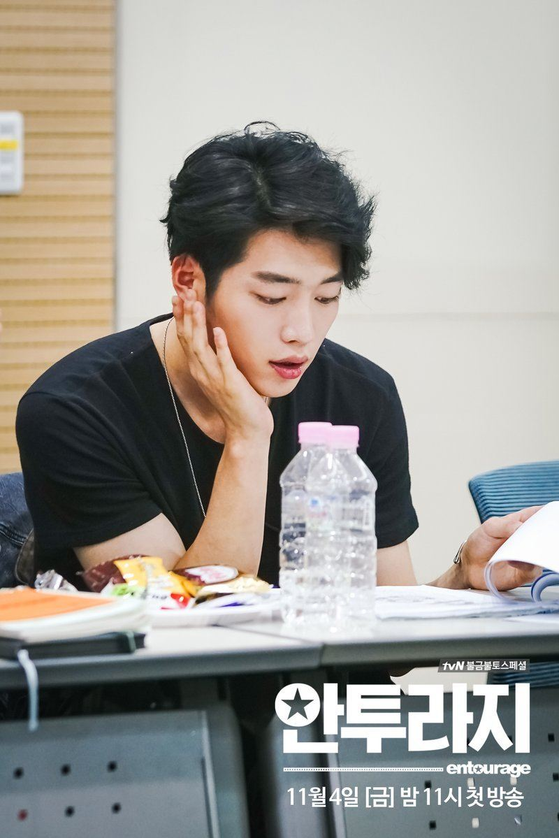 "Seo Kangjoon diligently taking part in the scrip-reading for ""Entourage"". / Source: Tistory"