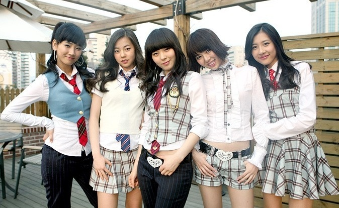 HyunA pictured second to the left with short hair during her time in Wonder Girls
