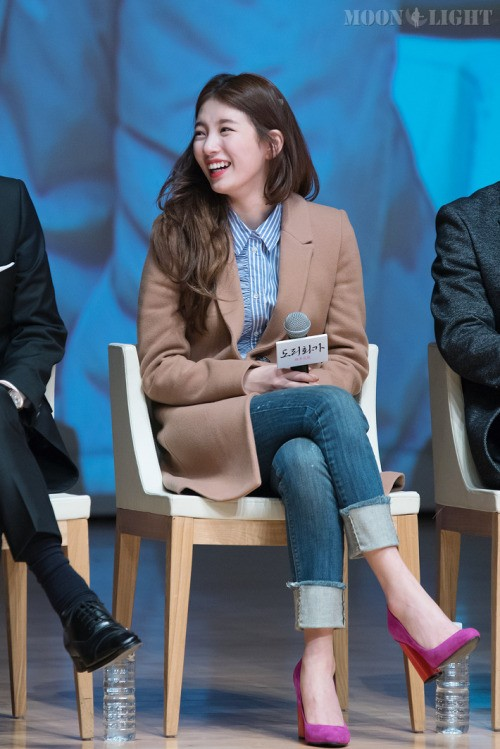 Suzy looks amazing in everything! She attends a press conference in a trench coat and a button up blouse. She puts on a pair of comfortable skinny jeans and completes the look with pink heels./ Source: Fantaken