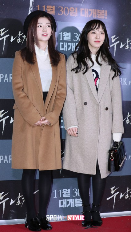 Red Velvet's Wendy and Irene both look adorable in trench coats!