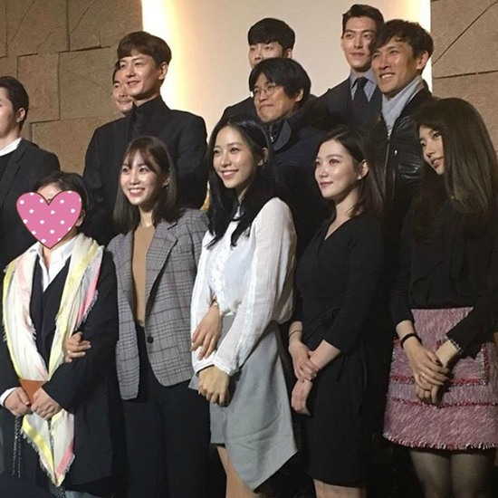 Everyone smiling brightly for the happy couple. / Image source: Dispatch