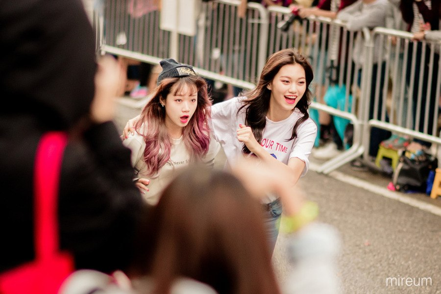 Yoojung and Doyeon running at the speed of light!