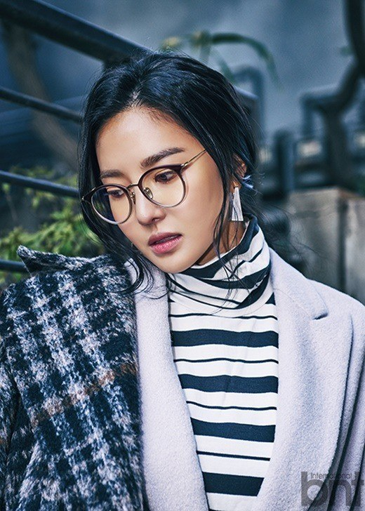 The cool nerd look too? She really does look good no matter what!