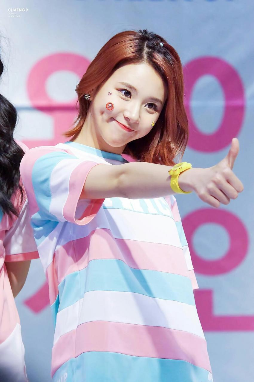 chaeyoung-dimples-3