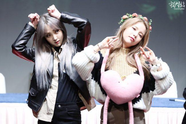 Moonbyul and Solar Goofing off.