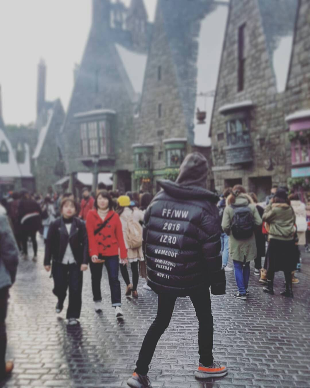 """Chanyeol captioned this photo as """"looking for the platform"""" where Harry Potter arrives at Hogwarts for the first time/ real_pcy"""