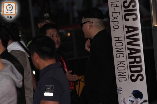 """Kim Jong Un"" (imposter) tries to get into MAMA /Source:HK.on.cc</a"