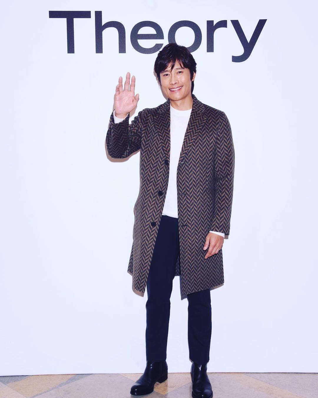Lee Byung Hun posing for media.