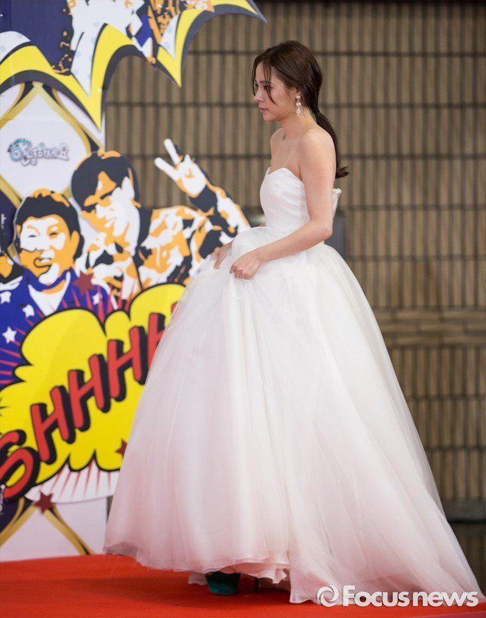 Actress Min Hyo Rin lifted her dress as she continued to walk on the Red Carpet.