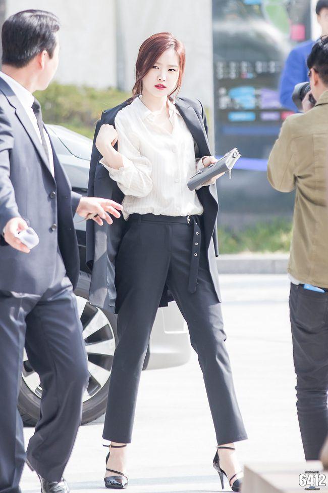 An off the shoulder Winter blazer looks classy on Naeun.
