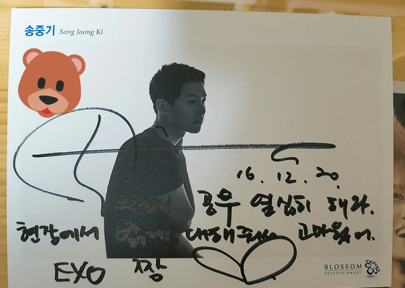 Actor Song Joong Ki signed on a staff member's card that he was a fan of EXO too.