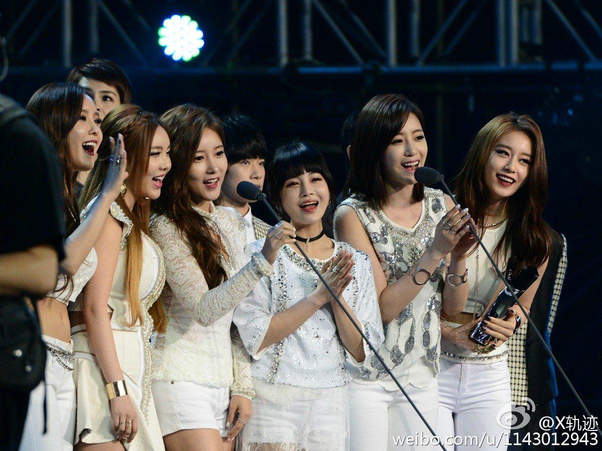 T-ara receiving an award in China