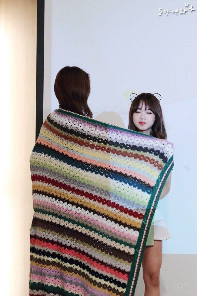 Yoojung and Doyeon share a blanket on stage.