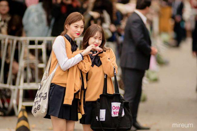 Yoojung and Doyeon hearts their fans.