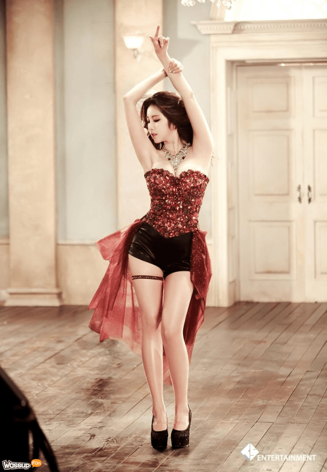 hyosung poses in pretty outfit