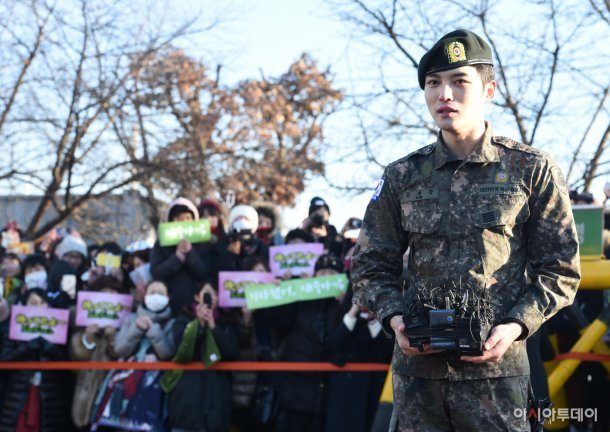 A first glimpse of Jaejoong outside the military.
