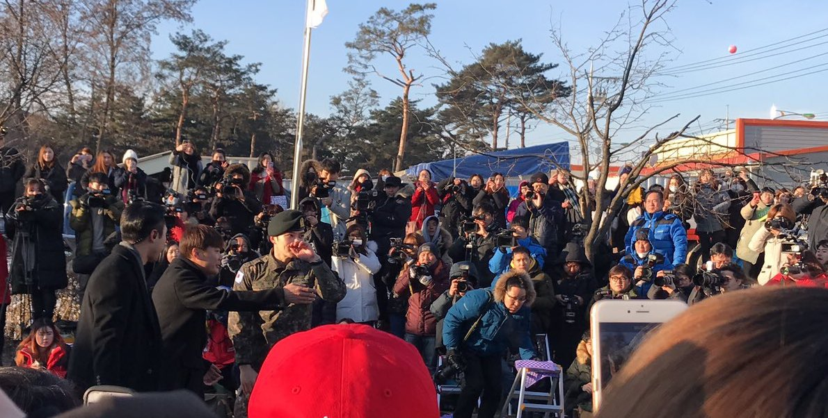 There were a few tears shed as Jaejoong met his fans after his discharge.