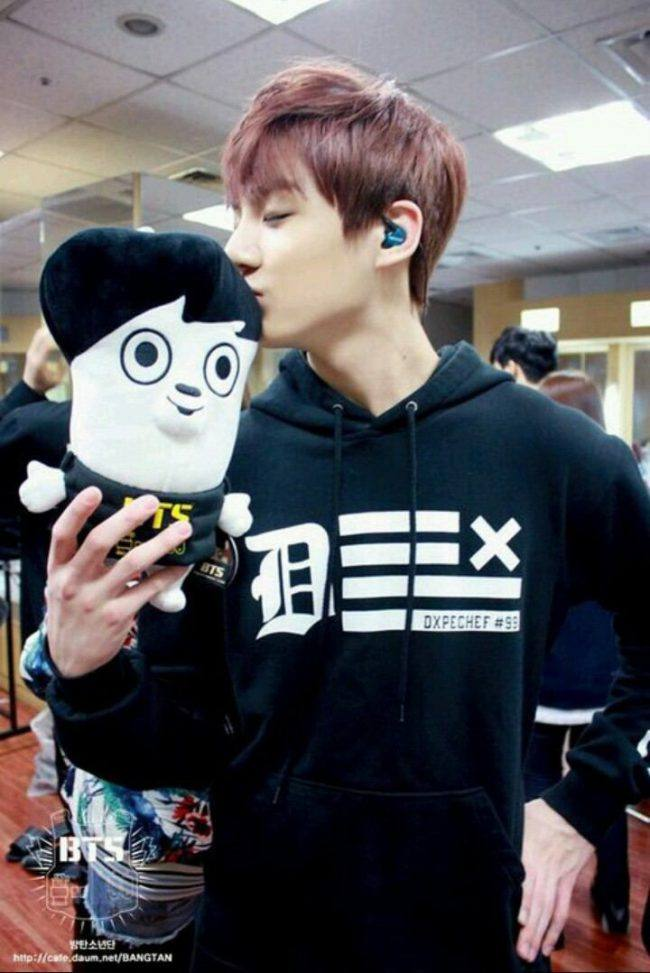 Jungkook kissing his own plushie