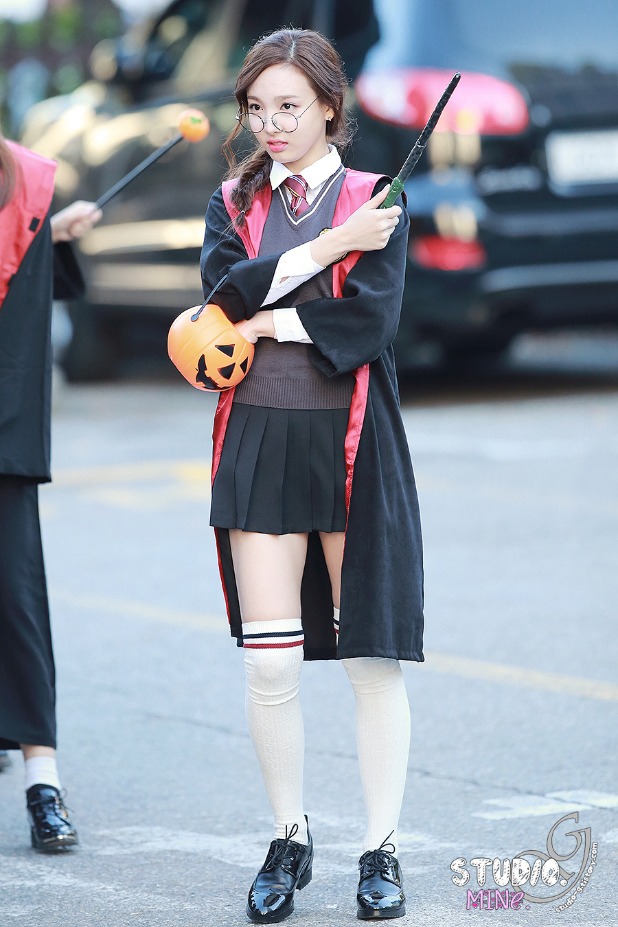 Twice's Nayeon arrives at Music Bank in Harry Potter cosplay. / Source: Studio-G