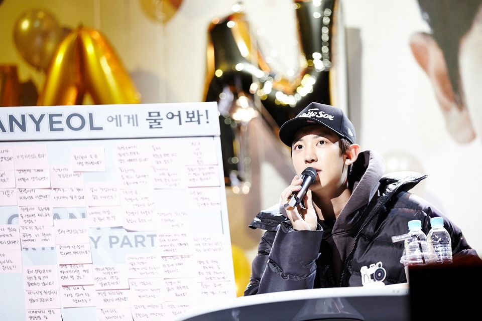 Chanyeol greeted his fans as he sat down and made eye contact with them.