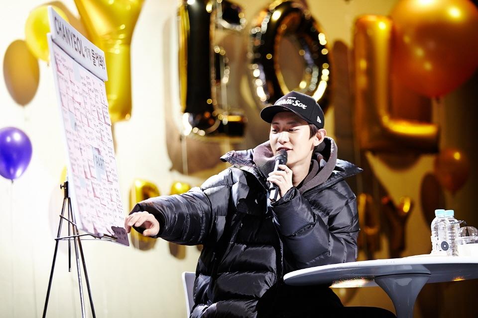 Chanyeol reads fan's questions written on sticky notes.