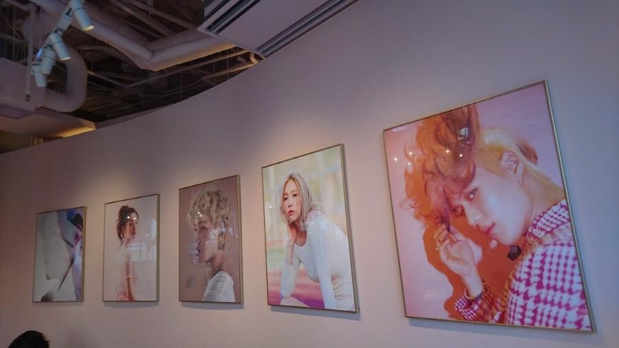 Плакаты из ваших любимых идолов можно увидеть на Taemin, стены: Taeyeon, Кай, Ирен и Юнхо!