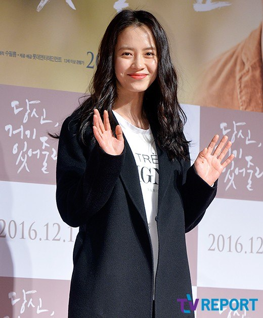 Song Ji Hyo kept it casual on the red carpet.
