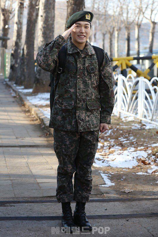 Sungmin greeted his fans with a salute after ending his military service.