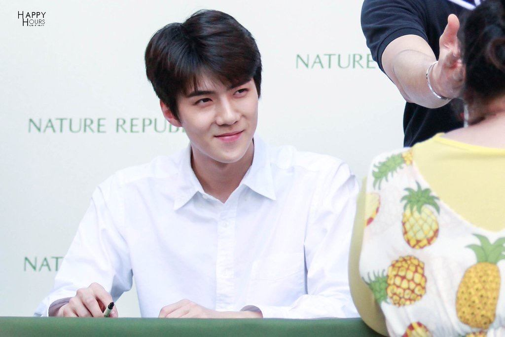 Sehun smiled warmly at the fan and her fascinating pineapple outfit.