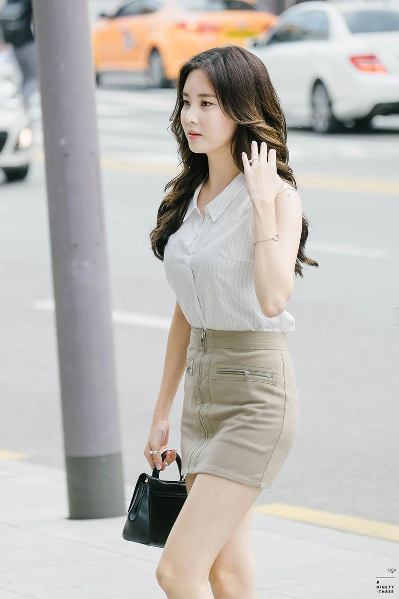 Seohyun shows off her mature look and long legs