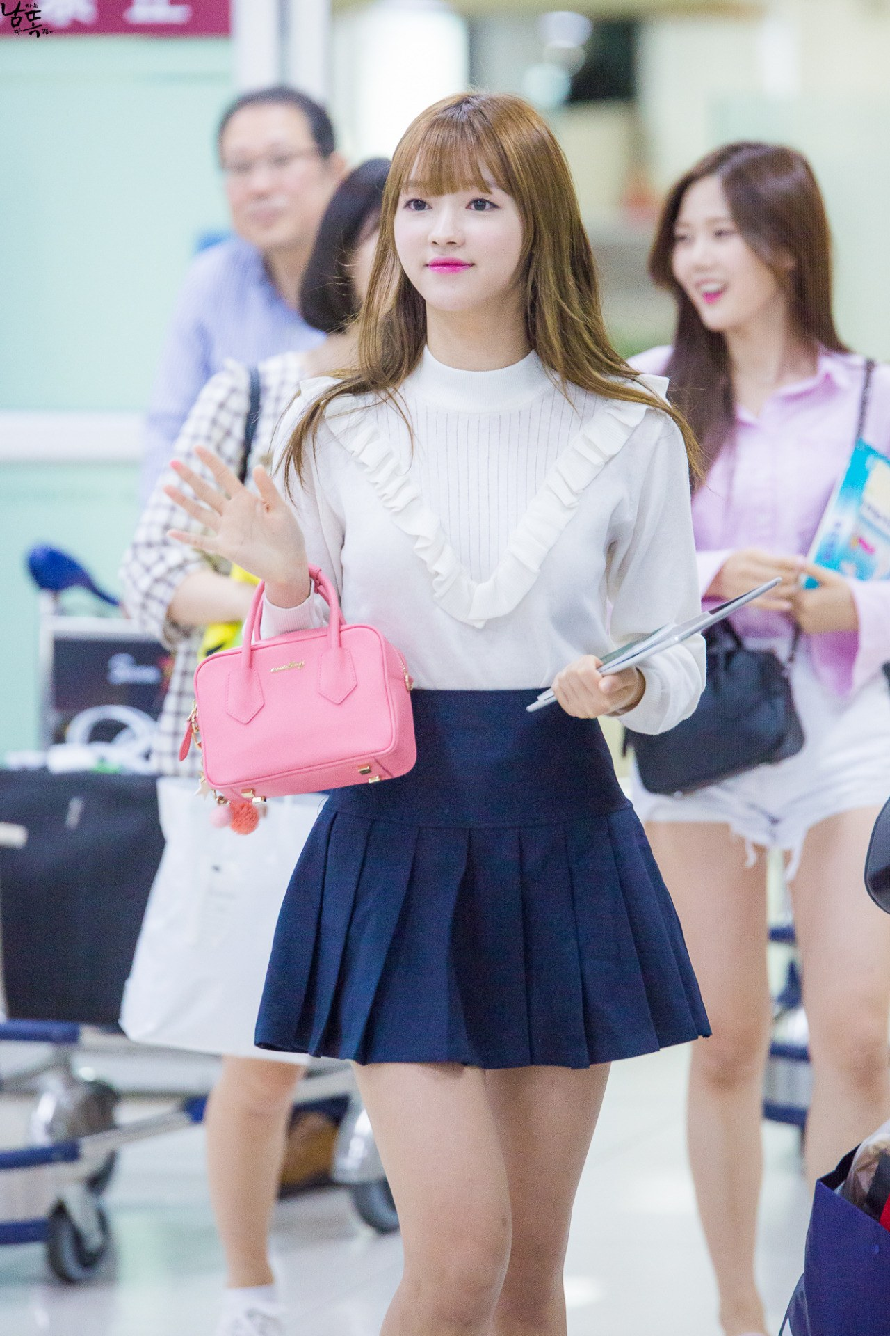 Oh my YooA! The star stuns fans in an elegant mini skirt and blouse./ Source: Fantaken
