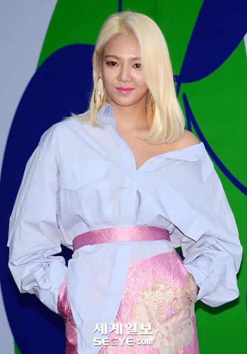 Hyoyeon's effortlessly sexy dress shirt highlights her collarbones. / Source: Segye