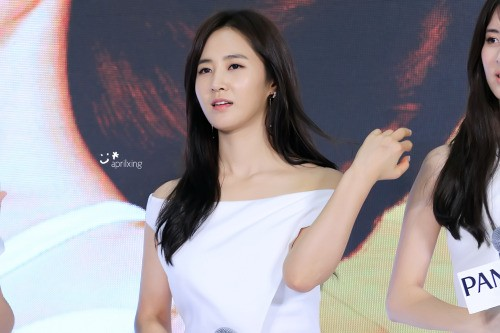 Yuri's eye-catching clavicles are accentuated in her white dress.