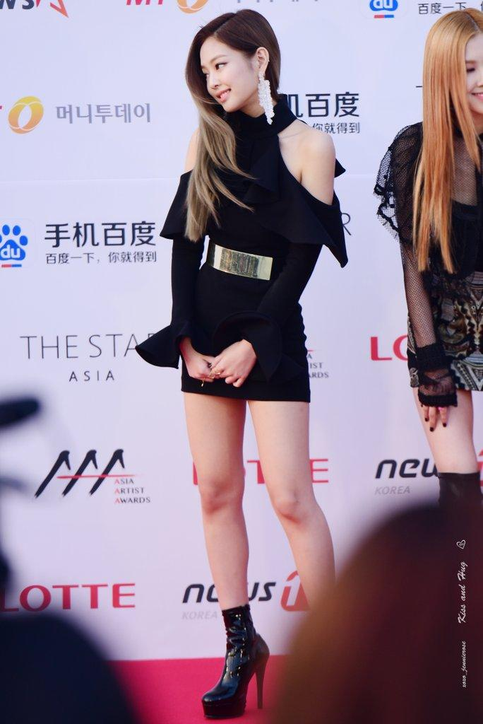 607a8f15e9 7 Photos Showing How BLACKPINK s Jennie Stole the Show at the AAAs