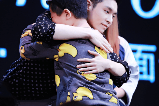A big hug for a lucky fan! Lay further proving why he is one of the kindest idols today.