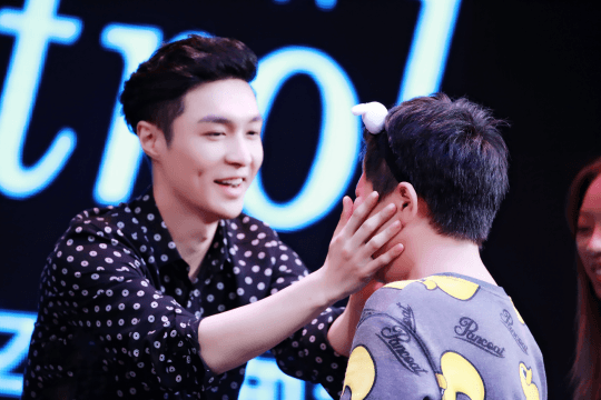 Lay is absolutely sweet with his young fan