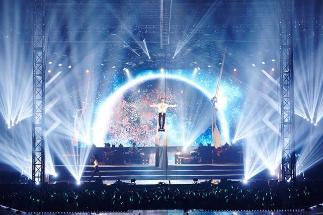Jonghyun is lifted into the air, like the angel he is. / Source: Naver