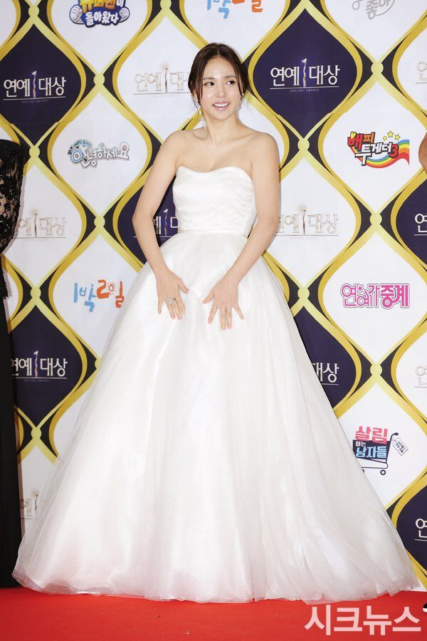 Actress Min Hyo Rin looked beautiful in her bride-like gown.