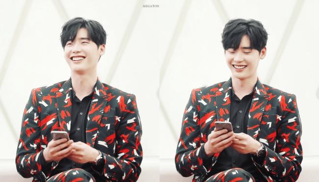 Его улыбка так же ярко, как костюм, который он носит. / Источник: Только Ли Чон Сук