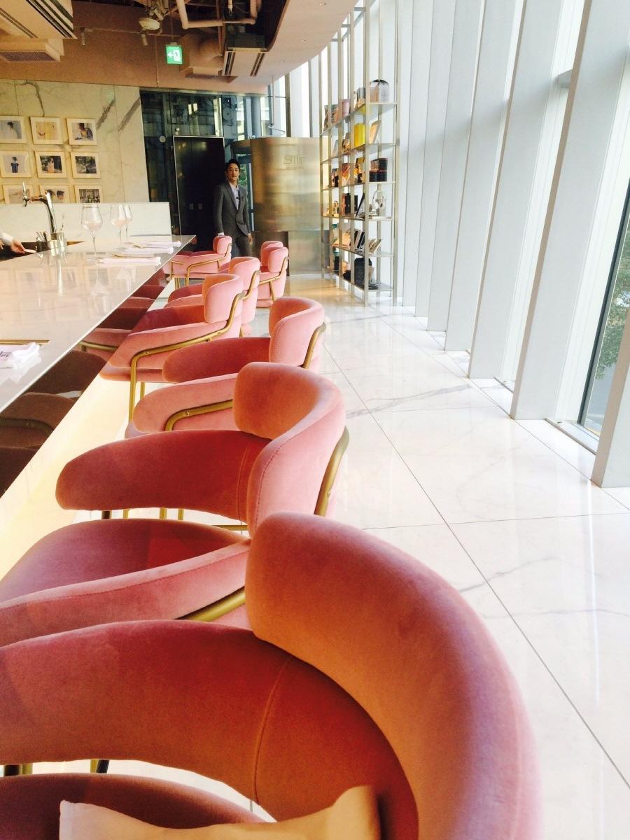Большие стеклянные окна позволяют естественный солнечный свет, чтобы войти в ресторан.