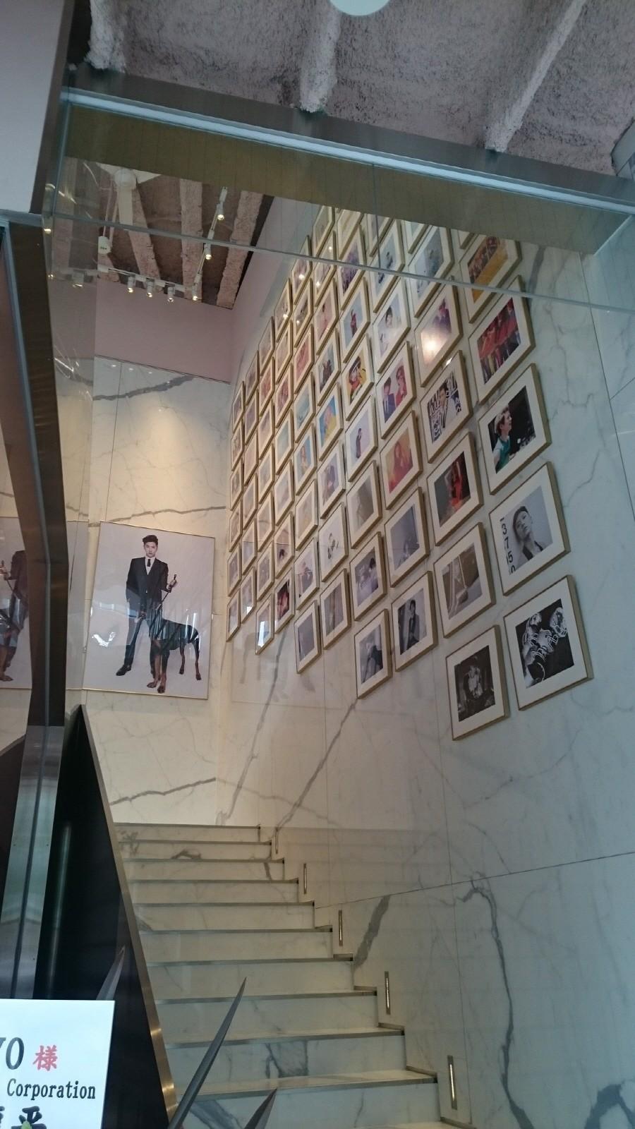 В ресторане также удваивается в качестве музея для плакатов SM художников.