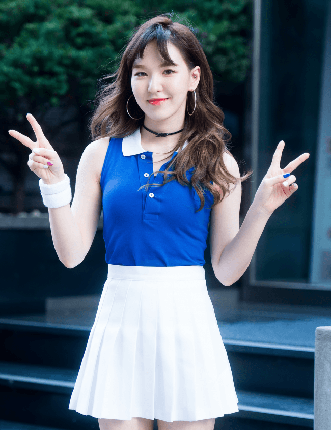 Wendy poses for a photo for fans.