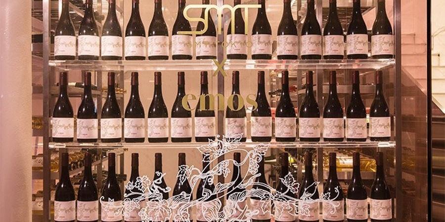 В ресторане показывает свою коллекцию вин.