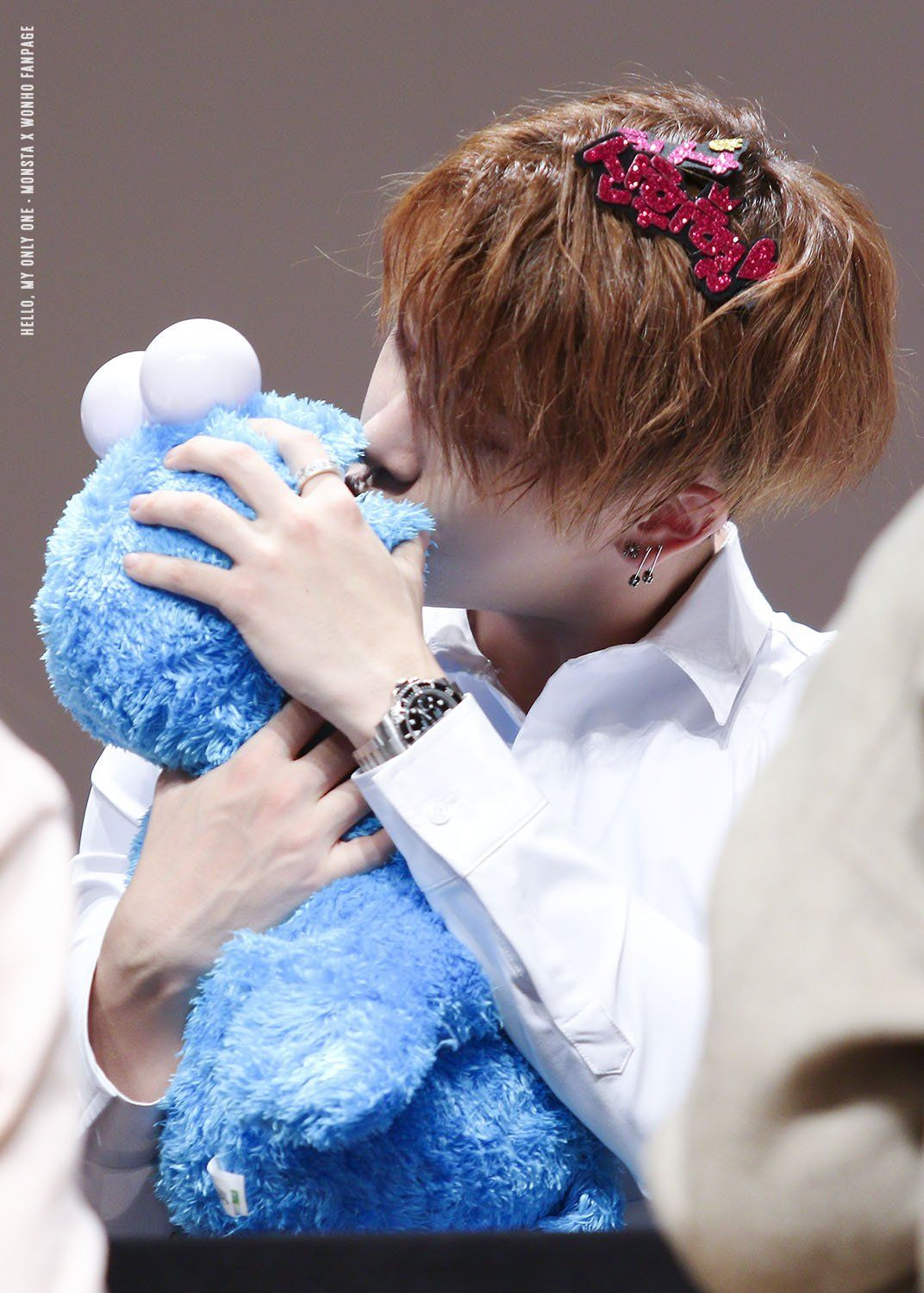Wonho kissing cookie monster