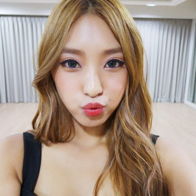 SISTAR's Bora looks so refreshing and cool with contacts.
