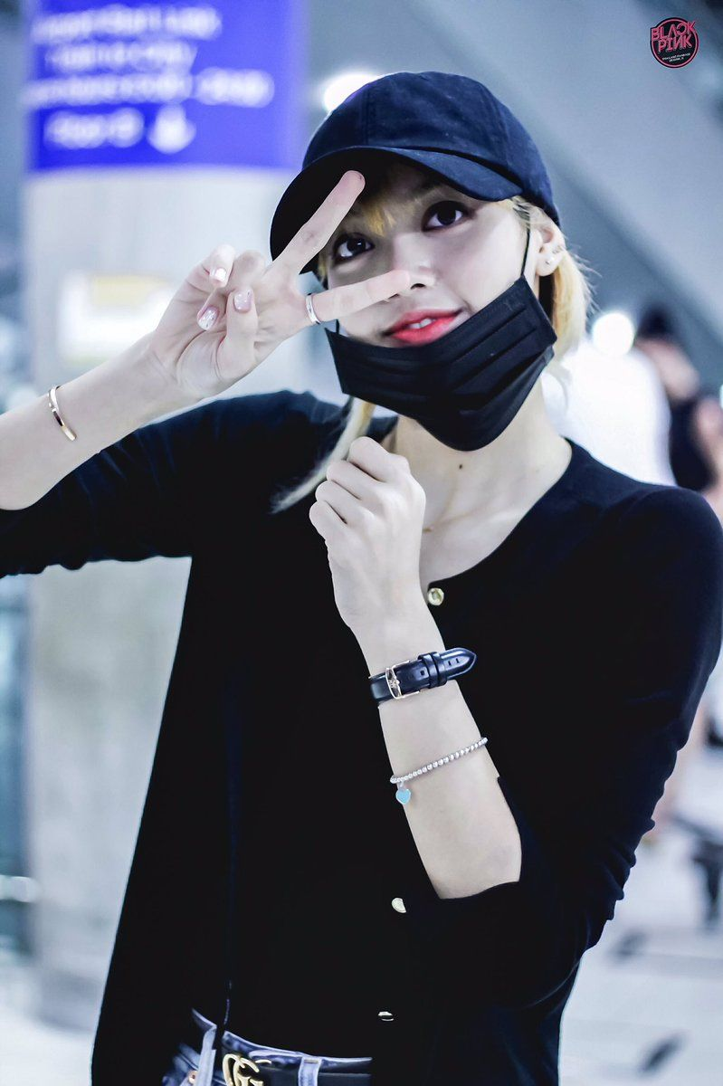 You Won T Believe How Much Blackpink Lisa S Airport Outfit Costs