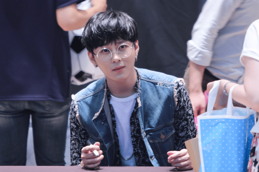 Junhung of BEAST looks both adorable and handsome as the large round glasses perfectly frame his face.