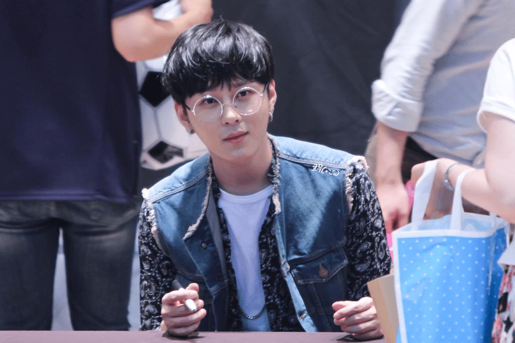 Junhung из BEAST выглядит как очаровательны и красивый, как большие круглые очки прекрасно обрамляют его лицо.